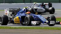 Felipe Nasr a Valtteri Bottas v závodě v Silverstone