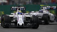 Felipe Massa a Valtteri Bottas v závodě v Silverstone