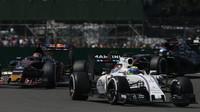 Felipe Massa, Daniil Kvjat a Fernando Alonso v závodě v Silverstone