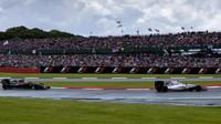 Valtteri Bottas a Jenson Button v závodě v Silverstone