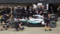 Pascal Wehrlein s Mercedesem F1 W05 Hybrid během 1. dne sezónního testu v Silverstone