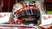 Charles Leclerc při posledních sezónních testech v Silverstone, první den