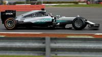 Esteban Ocon při posledních sezónních testech v Silverstone, druhý den