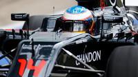 Fernando Alonso s McLarenem MP4-31 během 1. dne testů v Silverstone