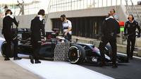 Stoffel Vandoorne s McLarenem MP4-31 druhý den testů v Silverstone
