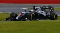 Fernando Alonso s McLarenem MP4-31 první den testů v Silverstone