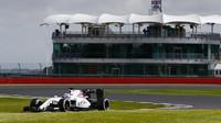 Alex Lynn s Williamsem FW38 první den testů v Silverstone
