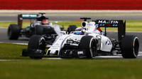 Alex Lynn s Williamsem FW38 první den testů v Silverstone, za ním Esteban Ocon s Mercedesem F1 W07 Hybrid
