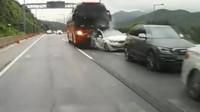 VIDEO: Děsivá nehoda autobusu a několika aut. I moderní Kia byla zmuchlána do placky - anotační foto