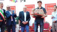 Max Verstappen přebírá trofej Lorenza Bandiniho