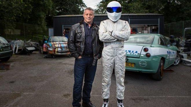 Současný moderátor Top Gearu, Matt LeBlanc, bok po boku s tajemným Stigem
