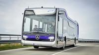 Autonomní autobus Mercedes-Benz během testovací jízdy napříč Amstrdamem