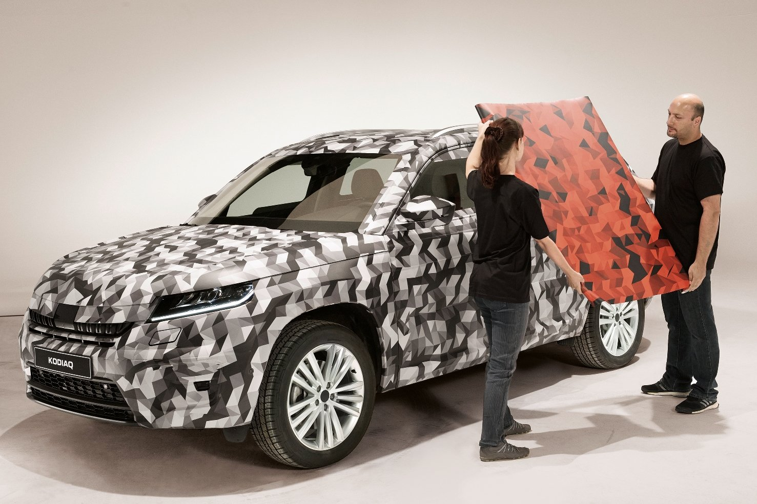 Škoda Kodiaq si dál hraje na schovávanou, nově i s červenou kamufláží - anotační foto