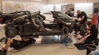 Poničený pomocné rámy a naopak netknutý karbonový monokok havarovaného Koenigseggu One:1.
