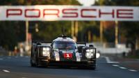 Nürburgring: Porsche #1 vítězí, Porsche #2 bourá - anotační foto