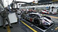 Nürburgring: Vítězí Porsche před Audi, tři vozy zachvátily plameny - anotační obrázek