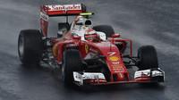 Kimi Räikkönen při sobotní deštivé kvalifikaci v Maďarsku