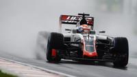 Romain Grosjean při deštivé kvalifikaci v Maďarsku