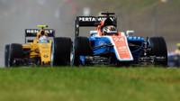 Pascal Wehrlein a Jolyon Palmer při sobotní deštivé kvalifikaci v Maďarsku