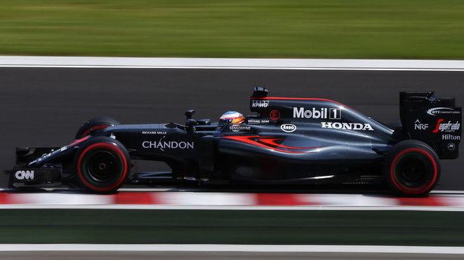 Fernando Alonso s McLarenem MP4-31 poháněným Hondou