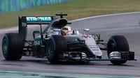 Lewis Hamilton při deštivé kvalifikaci v Maďarsku