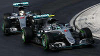Nico Rosberg a Lewis Hamilton při deštivé kvalifikaci v Maďarsku