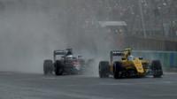Jolyon Palmer a Fernando Alonso při sobotní deštivé kvalifikaci v Maďarsku
