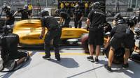 Mechanici týmu Renault při sobotním tréninku v Maďarsku