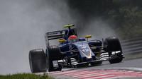 Felipe Nasr při sobotní deštivé kvalifikaci v Maďarsku