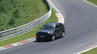 Škoda Kodiaq řezala zatáčky na Nürburgringu.