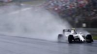 Valtteri Bottas při sobotní deštivé kvalifikaci v Maďarsku