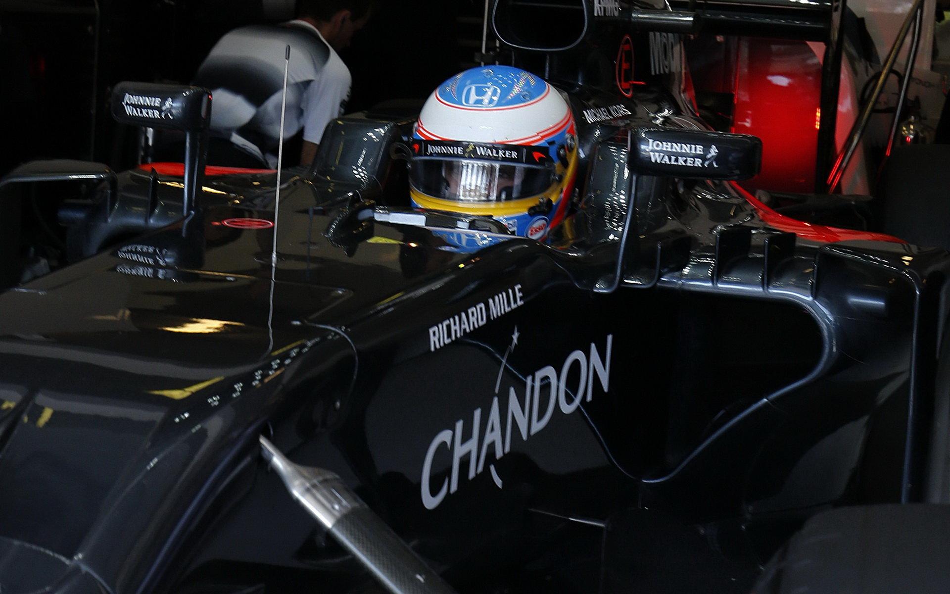 Alonso je zklamán problémy s motorem, je dalším z potrestaných - anotační obrázek