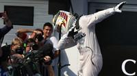 Lewis Hamilton se raduje z vítězství v závodě v Maďarsku