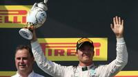 Nico Rosberg se svou trofejí na pódiu po závodě v Maďarsku
