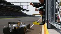 Lewis Hamilton v cíli závodu v Maďarsku