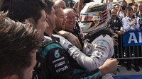 Lewis Hamilton se raduje s mechaniky po závodě v Maďarsku