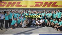 Mercedes slaví vítězství po závodě v Maďarsku