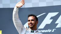 Lewis Hamilton na pódiu po závodě v Maďarsku