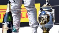 Trofej Lewise Hamiltona po závodě v Maďarsku