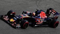 Daniil Kvjat s vozem Toro Rosso