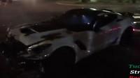 Řidič Chevroletu Corvette nezvládl řízení a své auto rozstřelil.