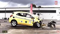 Náraz Opelu Mokka do pevné překážky při 80 km/h.