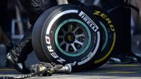 Příprava pneumatik Pirelli při pátečním tréninku v Belgii