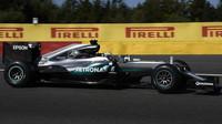 Lewis Hamilton při pátečním tréninku v Belgii