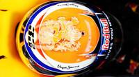 Nový design přilby Maxe Verstappena při pátečním tréninku v Belgii