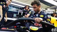 Daniel Ricciardo při pátečním tréninku s ochranou kokpitu typu halo v Belgii