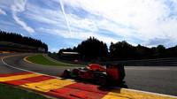 Max Verstappen při pátečním tréninku v Belgii