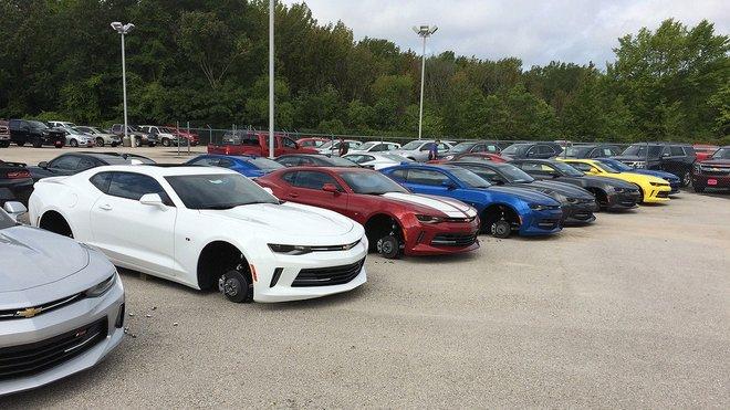 Krádež kol v texaském dealerství Chevroletu.
