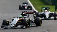 Nico Hülkenberg a Lewis Hamilton v závodě v Belgii