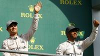 Nico Rosberg a Lewis Hamilton na pódiu po závodě v Belgii